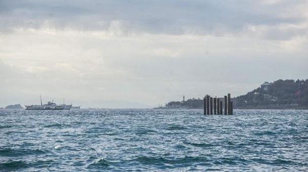 denizin-ortasindaki-kaziklar-vatandasi-sasirtti-7965251.jpeg