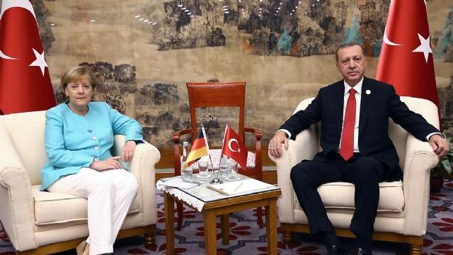 merkel-ile-erdogan-gorusmesinde-cekilen-kare-8757125_373_m.jpg