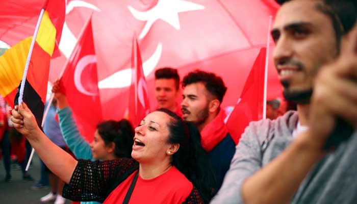 turkler-den-koln-de-demokrasi-mitingi-7425277.jpeg